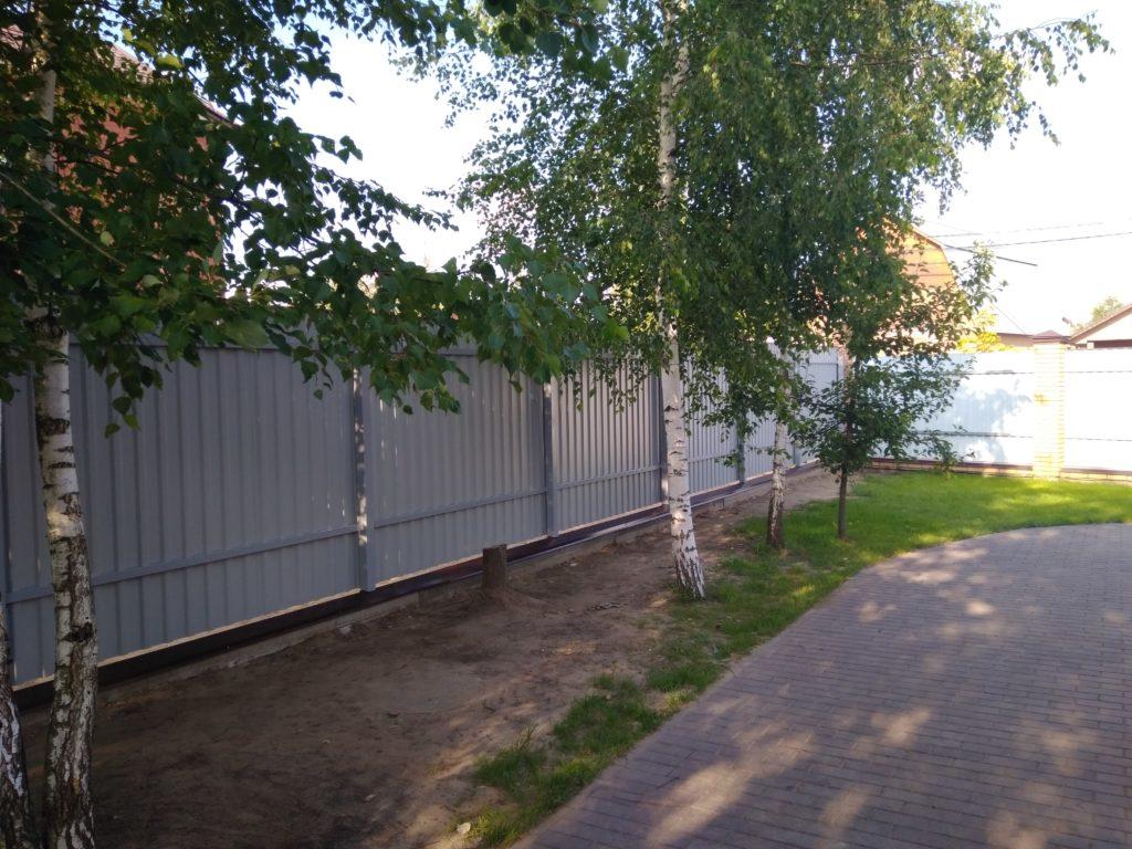 забор на винтовых сваях недорого